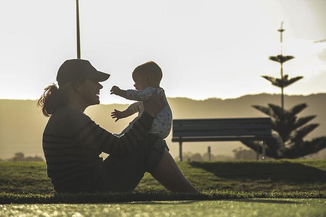 matka a dítě v parku.jpg