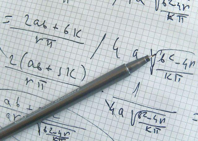 matematický vzorec na papíře s tužkou