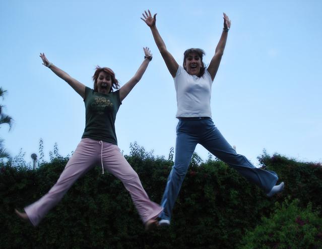 dvě skákající dívky