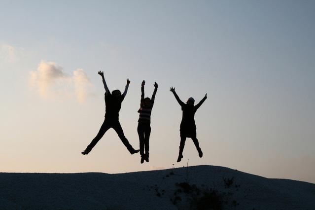 tři dívky při výskoku