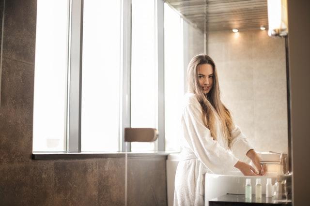 dívka v koupelně s přírodním obkladem