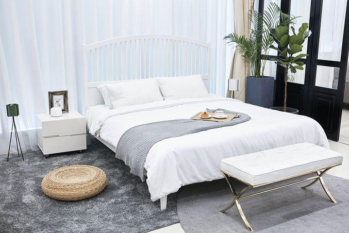 světlá ložnice s manželskou postelí